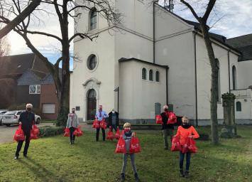 Mitglieder des Johanniterordens und ihre Kinder packten die Taschen im Gemeindehaus der Marienkirche. Ganz links: Jochen Kleinkorres, der Leiter Subkommende Duisburg des Johanniterordens.
